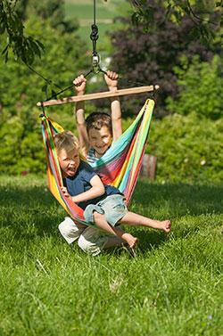 Hängesessel für Kinder im Garten