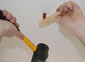 Dübel mit Gummihammer einschlagen