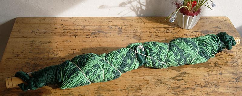 Grüner Netzhängesessel von Lallax auf dem Küchentisch